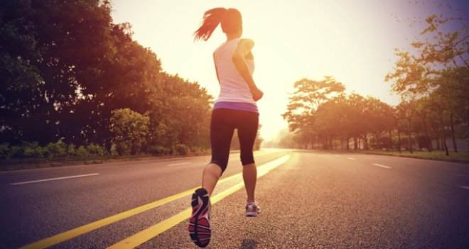 femme-cour-running-basket-matin-soleil-route-jogging-footing-sport